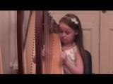 Маленькая девочка талантливо играет на арфе музыку из фильма Амели