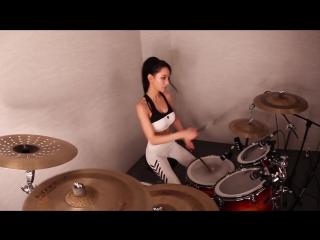 Корейская девушка исполняет горячий кавер на барабанах