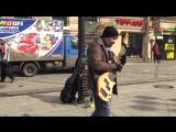 Уличный музыкант играет на редкой 12-ти струнной бас-гитаре