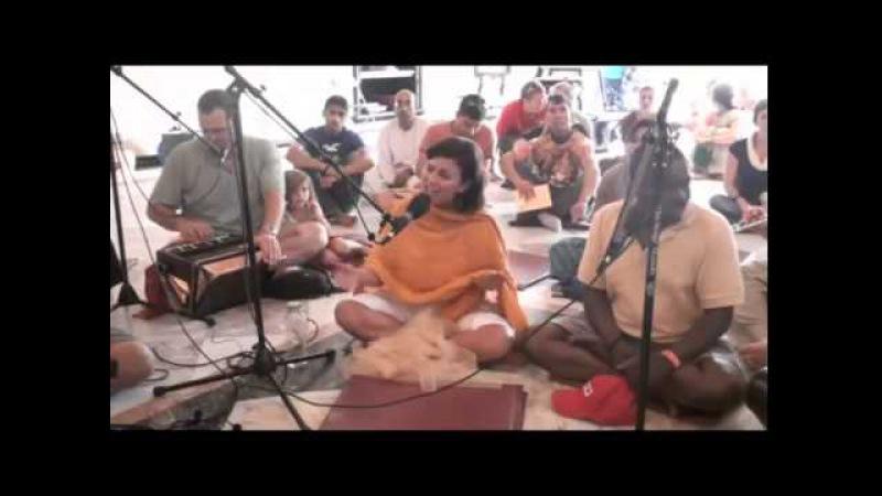 Karnamrita devi dasi - нектарное исполнение Харе Кришна киртана в Лос-Анджелес.