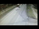 Камера зафиксировала падение BMW в пруд после ДТП в Москве