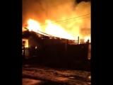 Октябрьский район, горит жилой дом