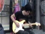 Молодой парень круто играет соло на гитаре. Киев, Украина.