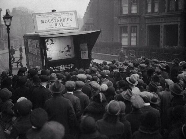 Лондонцам демонстрируют мультфильм Микки-Маус, 1931 год.