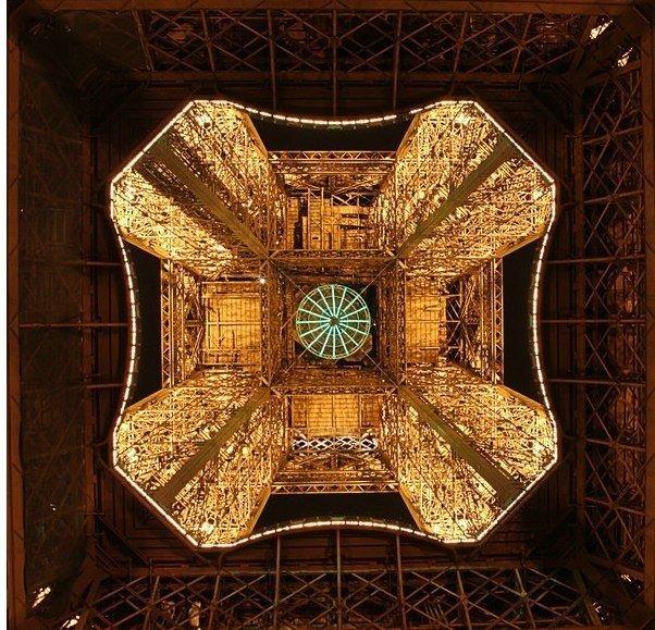 Мало кто знает, что Эйфелева башня снизу
