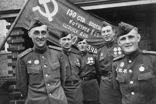 Участники штурма рейхстага (слева направо) К.Я.Самсонов, М.В.Кантария,