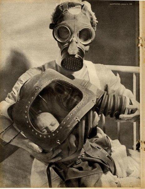 <p>Медсестра и дитя в противогазе, 1940</p>