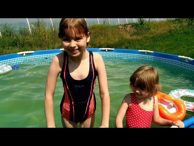 Настя и Лиза купаются в бассейне в Закарпатье