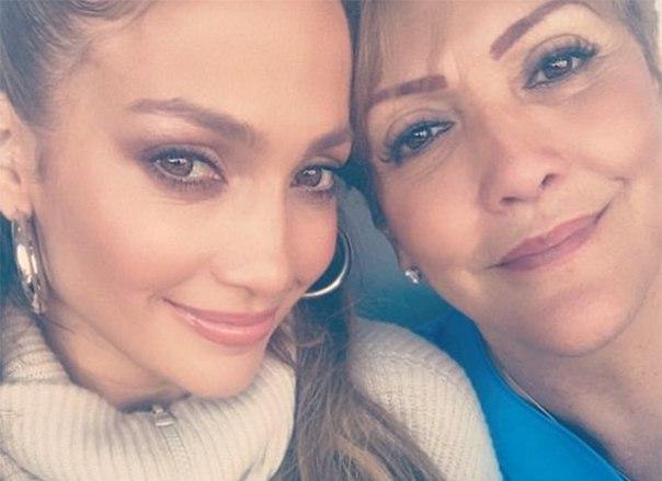 Поддержали по-семейному: Дженнифер Лопес и ее мама пришли на матч, который комментировал Алекс Родригес
