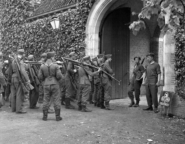 Немцы сдаются в плен канадцам. Голландия, начало мая 1945 г.