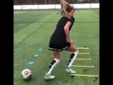 Эта девушка играет в футбол лучше меня