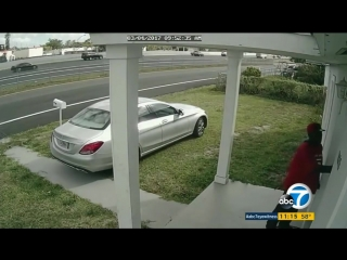 Заехал на угнанном Mercedes на лужайку дома, где проживала женщина с двумя детьми, и начал выламывать дверь.