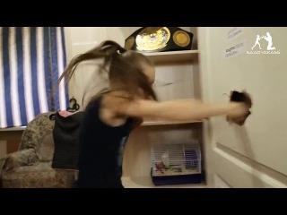9-летняя девочка - боксер пробивает дверь в спальне