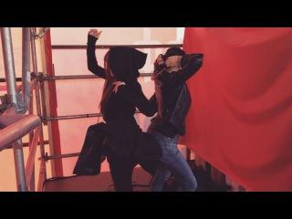Алёна Водонаева решила со своей подругой начать день с зажигательных танцев