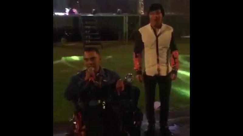 Қайрат Нұртас Семейде өткен концертінде арбаға танылған мүмкіндігі шектеулі азаматқа өзінің сахналық костюмін сыйға тартты