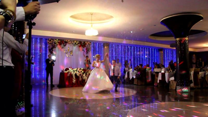 Первый свадебный танец Михаила и Анастасии под падающий снег.
