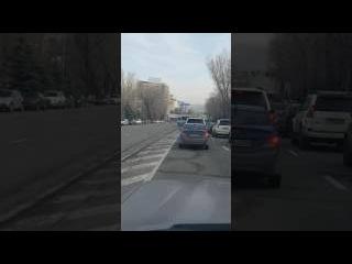 Автобус объехал пробку по встречной полосе в Алматы (улица Сатпаева)