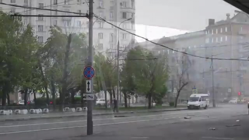 Москва. 29 мая, 2017. Люди бегут по улице