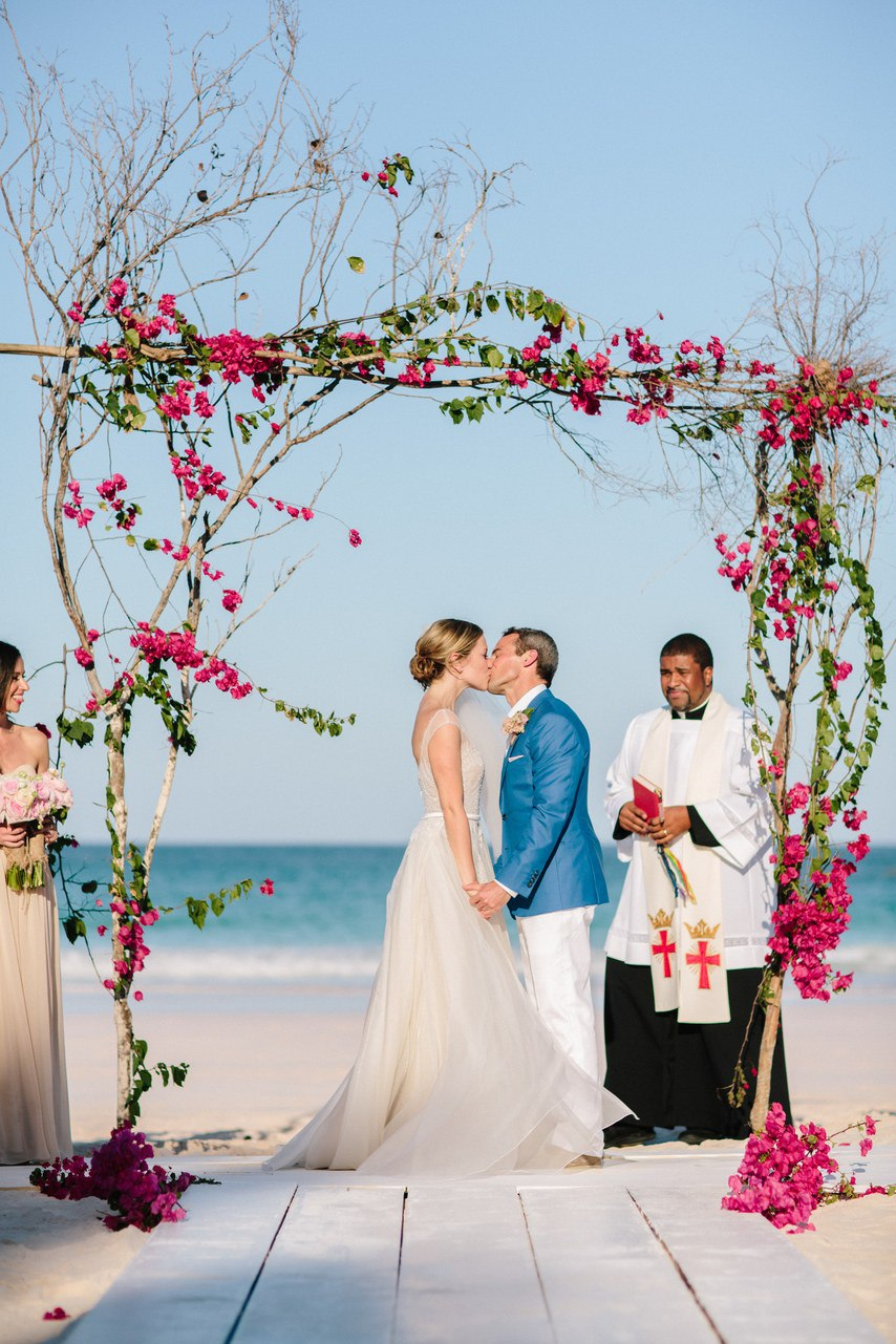 viQf6mRuArM - Предыстория красивейшей свадьбы на пляже (32 фото)