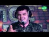 Миша Борн поет песню на радио