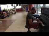 Пианист_в_аэропорту_играет_