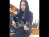 Девушка поет и играет казахскую песню