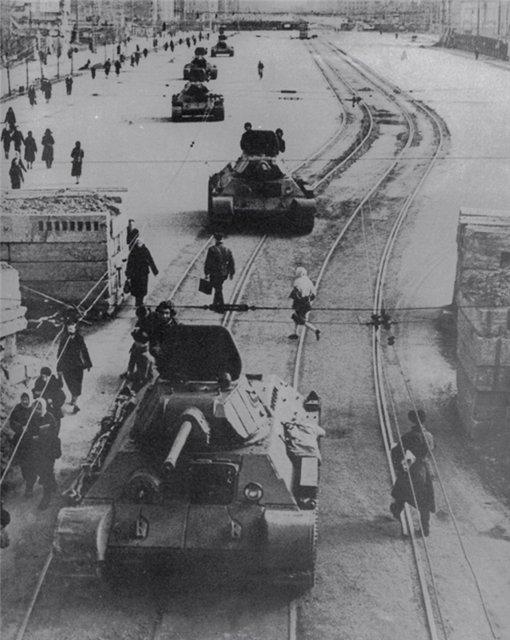 Советские танки Т-34 движутся по Московскому проспекту в Ленинграде.