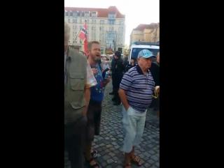 Erste Verhaftungen bei der Demo weil eine Banane auf der Deutschlandfahne abgebildet ist