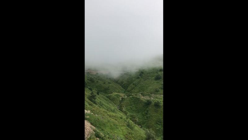 Туман в горах на красной поляне я поднимаюсь на подъёмнике над горами при
