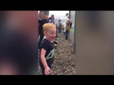 Реакция мальчика на гонки