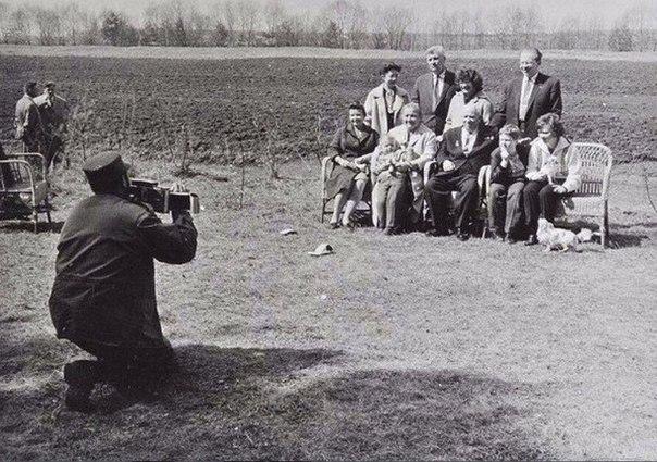 """Фидель Кастро снимает семью Хрущева на """"Полароид"""","""