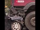 Грузовик раздавил легковушку в аварии под Петербургом