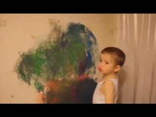 Мальчик рисует автомобиль на обоях. Правильная реакция мамы