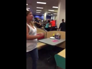 打架在儿童的饭店