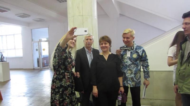Организаторы фестиваля Арт-Аура фотографируются с В. Кузьминым и Л. Кавиной