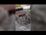 После обильного и мощного ливня дороги Москвы превратились в бурлящие реки