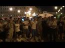 Уличный музыкант из Питера собрал вокруг себя толпу