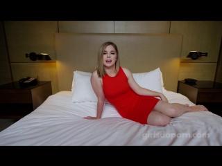 Сексуальная девушка в красном платье на своем первом порно кастинге