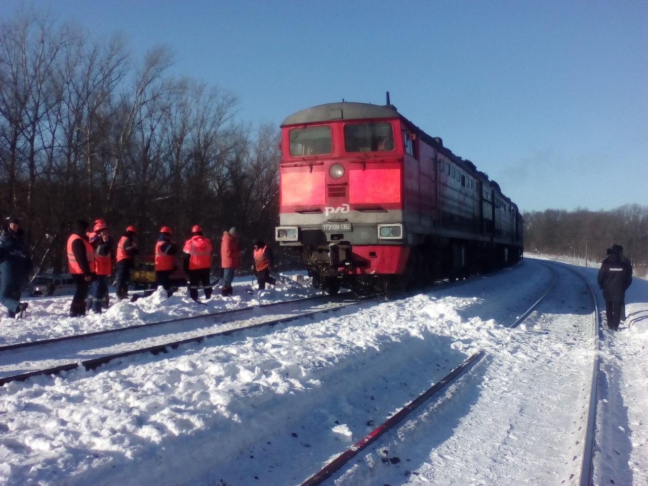Грузовой поезд совершил столкновение с автомобилем
