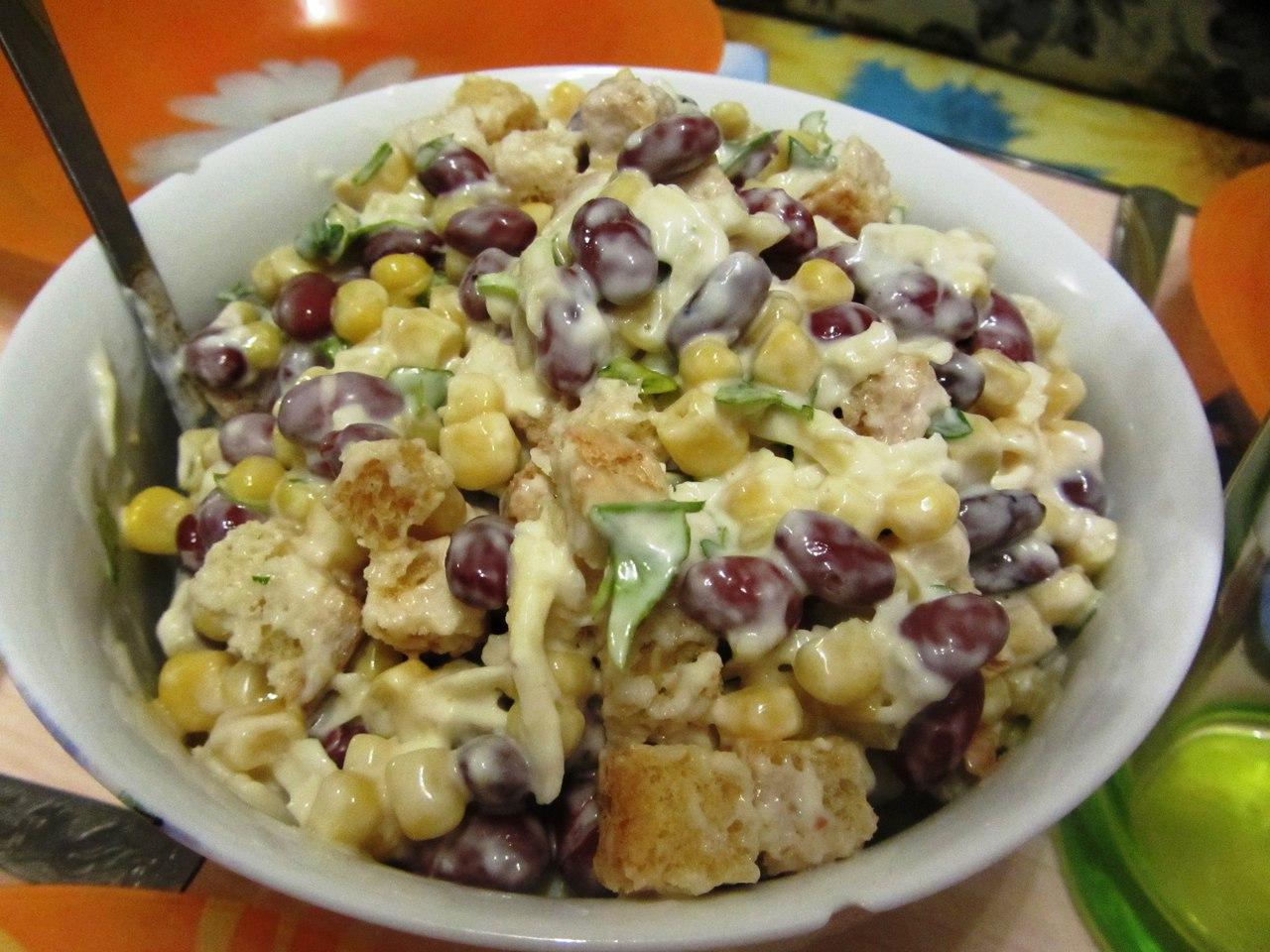 салат с фасолью и копченой курицей и фасолью и сухариками