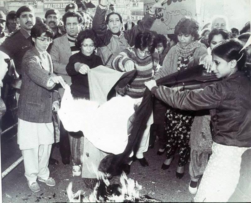 Пакистанские женщины сжигают свои платки, выступая против исламистского режима Зия-уль-Хака, 1983 г.