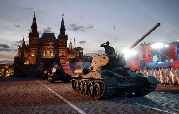 Танки Т-34 на Алой площади во время