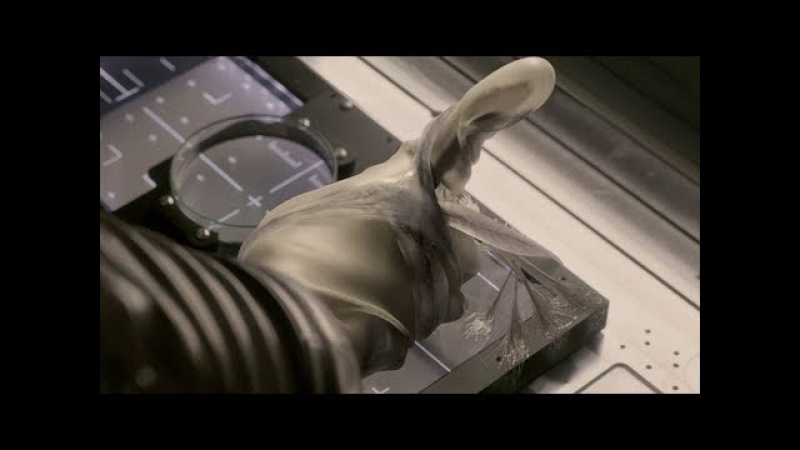 Кэлвин ломает кисть экзобиологу Хью Дерри. Кэлвин выбирается из исследовательской камеры. Живое