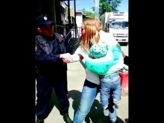 Участковый лейтенант применяет силу к молодой маме с грудным ребенком