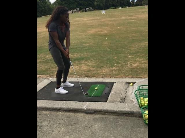 Кларисс Агбеньену учится играть в гольф