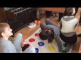 Девушка играет в Твистер в телесных колготках под штанами / Girl play Twister in pantyhose under trousers
