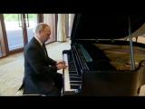 Путин сыграл на рояле.