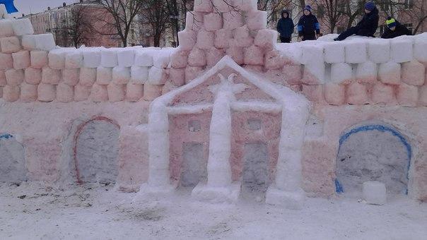 ребят в субботу дети вместе со взрослыми старались построить крепость,