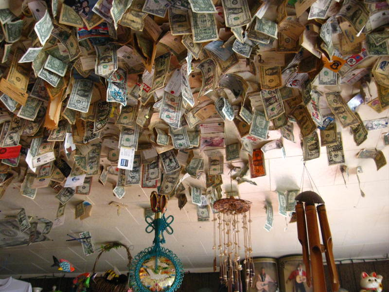 Прибыльная традиция. Когда-то гость оставил в кафе один доллар и прикрепил его к потолку