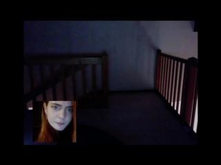 Мужчина разговаривает с девушкой через Skype...